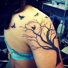beau tatouage arbre femme sur bras epaule et partie du dos avec oiseaux