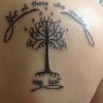 idee tattoo arbre de vie femme et phrase omoplate
