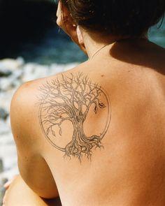 modele tatouage arbre de vie dans cercle avec racine et branche en sortant