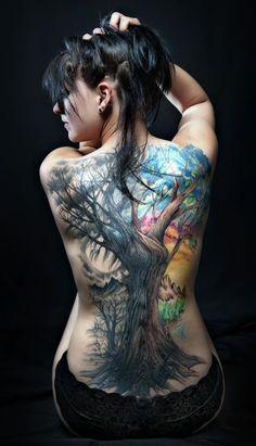 modele tatouage arbre dos entier en couleur foret