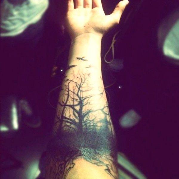 modele tatouage manchette arbres foret sans feuille oiseaux