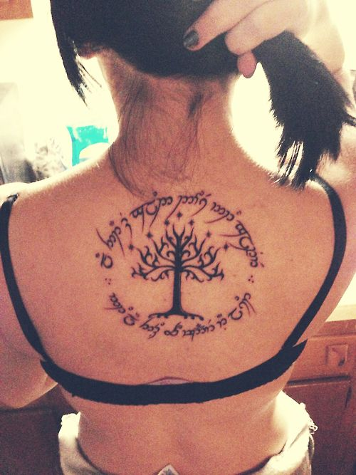 photo tattoo feminin arbre de vie dos avec phrase en cercle tatouage femme. Black Bedroom Furniture Sets. Home Design Ideas