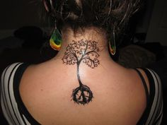 photo tattoo feminin arbre de vie nuque et dos