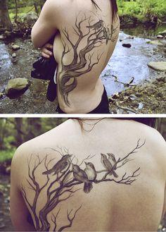 tatouage femme arbre hanche flanc et dos avec 4 beaux oiseaux
