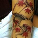 tatouage femme branche et feuilles rouge arbre erable