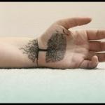 tatouage femme interieur main et poignet arbre feuillu belles racines