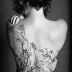 tatouage symboles foret arbres nature avec branches fines et fleurs