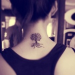 tatouage symboles petit arbre fille nuque