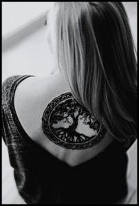 modeles de tatouages femmes sur le motif de l'arbre