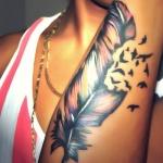 exemple beau tatouage grande plume femme avant bras avec hirondelles