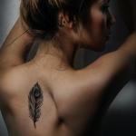 exemple tatouage plume centre haut du dos femme