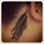 exemple tatouage plume indienne femme derriere oreille et cou