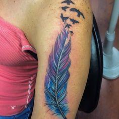 idee tattoo plume bleue violette femme bras et hirondelles volant vers epaule