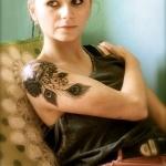 idee tattoo plumes de paon epaule et haut du bras femme