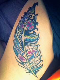 joli tatouage plume femme mandala haut de cuisse