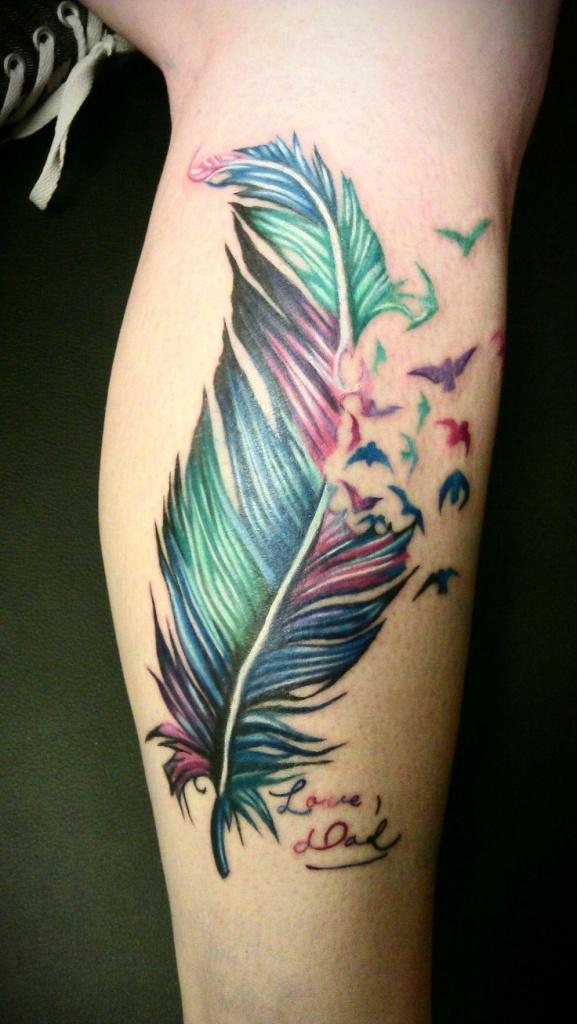 modele tatouage plume avec envol hirondelles couleur