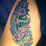 modele tatouage plume cuisse mandala couleur