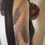 photo tattoo feminin 3 grandes plumes haut du bras