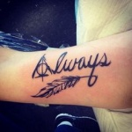 photo tattoo feminin plume avec mot always bras