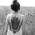 photo tattoo feminin tete de mort avec chapeau de plumes dos