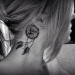 plume femme a tatouer derriere oreille dans attrape reve