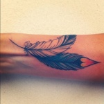 plume pointe coeur tatouage femme poignet