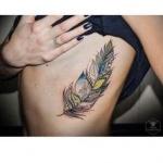 plume tatouage femme cotes mandala et couleur