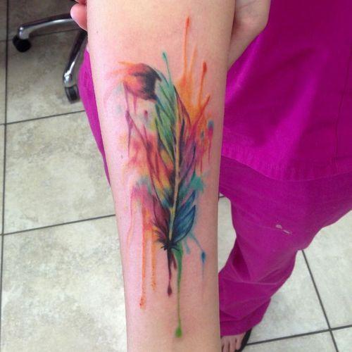 tatouage bras plume aquarelle femme