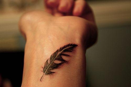tatouage discret plume fille ombre portee effet 3d