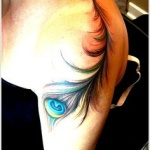 tatouage epaule plume de paon femme