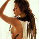tatouage femme plume cote avec envol d oiseaux vers le dos