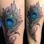 tatouage femme plume de paon tres travaillee