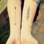tatouage femme plume fine interieur bras