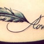tatouage infini plume et mot love ventre femme