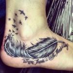 tatouage plume retournee fille pied avec phrase et hirondelles sur cheville