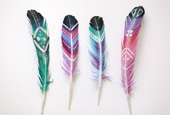 tatouage symboles plumes indiennes colorees fille
