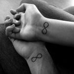 exemple tatouage infini couple homme et femme amoureux interieur poignet