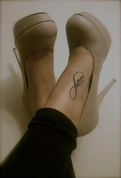 infini femme a tatouer sur pied avec mot love