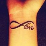 tatouage femme infini love interieur poignet