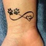 tatouage femme infini poignet coeur et traces de pattes