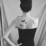 3 petits tattoos papillons dos