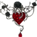dessin tattoo feminin coeur rouge et roses noires