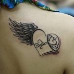 exemple tatouage coeur aile avec initiale femme dos