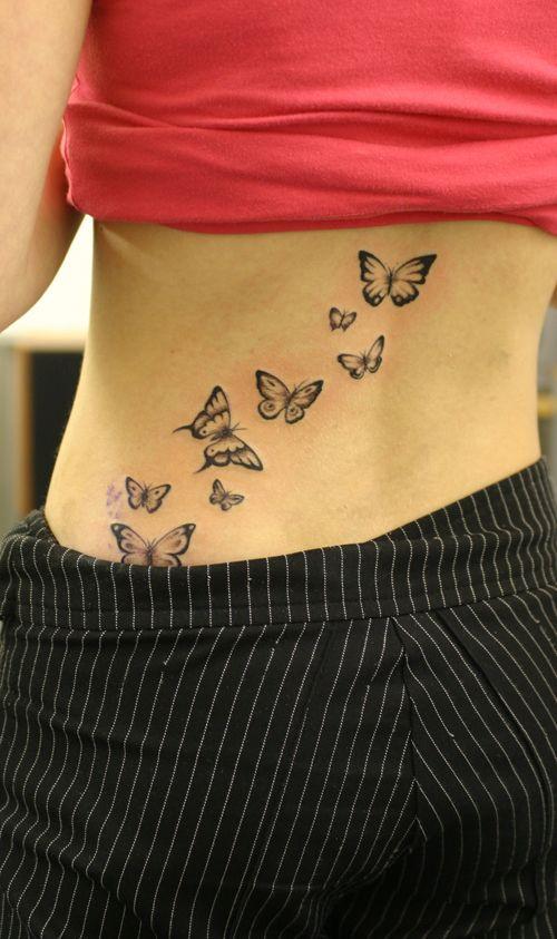 exemple tatouage papillons qui volent femme  bas du dos