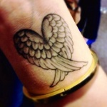 idee tattoo ailes en forme de coeur femme poignet