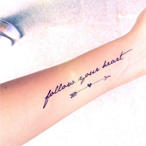 idee tattoo coeur centre fleche et phrase femme  sur avant bras