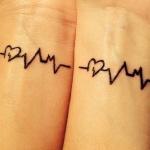 modele tatouage battements de coeur interieur poignet