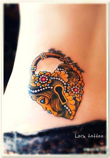modele tatouage coeur cadenas couleur avec fleurs et visage profil
