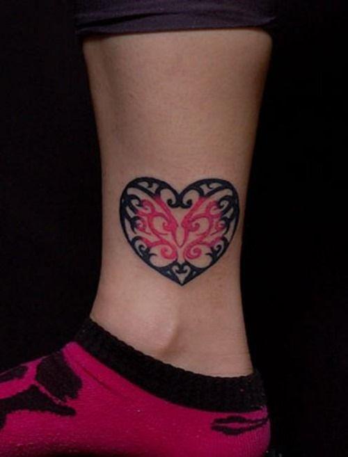 modele tatouage papillon dans coeur noir et rose dessus de cheville tatouage femme. Black Bedroom Furniture Sets. Home Design Ideas