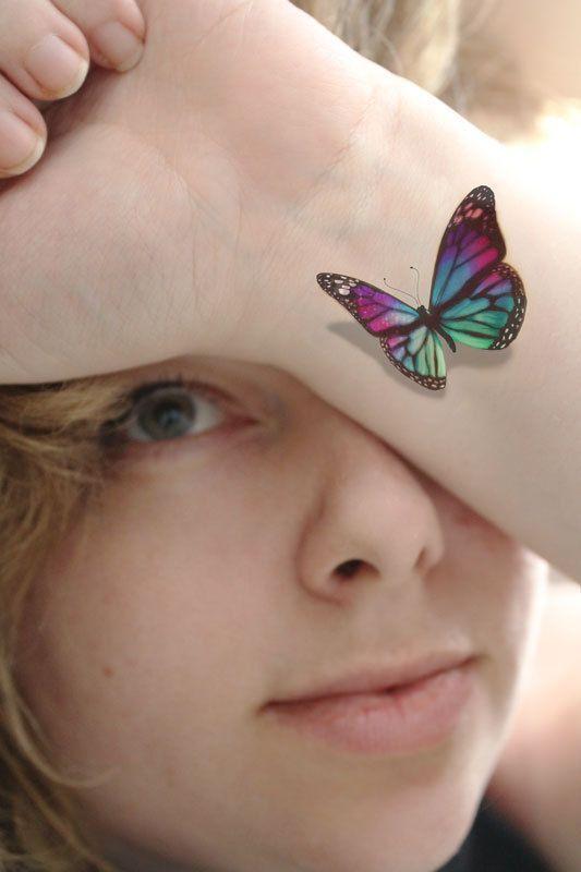modele tatouage papillon multicolore interieur poignet 3d en relief et ombre